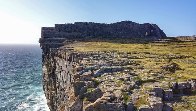 The walls of Dún Aonghasa and the cliffs of Inishmore. Photograph by Jal74