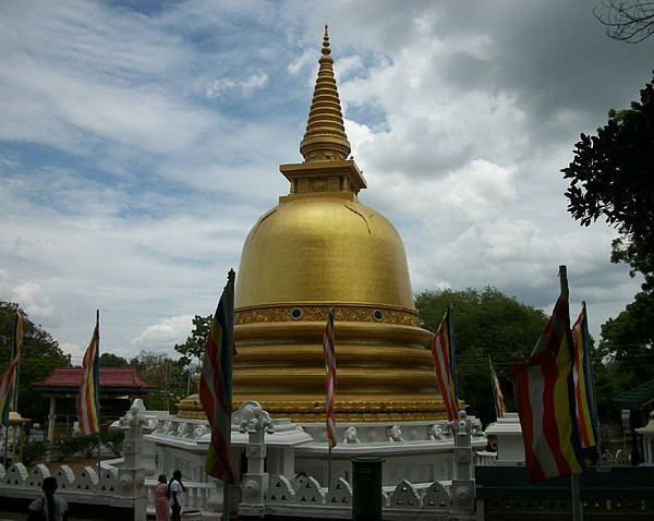 Golden Temple, Dambulla, photograph by photonart via Wikimedia