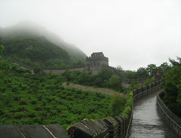 A view of the wall from near the eastern terminus, photograph by Jack Upland via Wikimedia